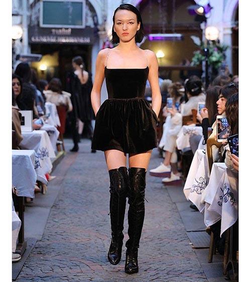 Assel Mini Elbise manken üzerinde görünümü