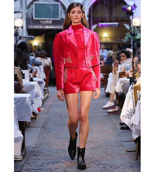 Eastern Glamour Velvet Ceket manken üzerinde görünümü