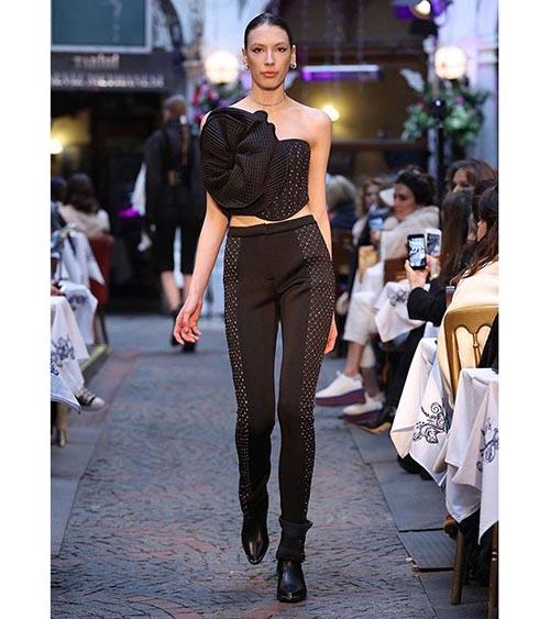 Embellished Scuba Quilted Pantolon manken üzerinde görünümü